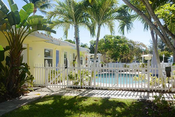 https://z0sqrs-a.akamaihd.net/2574-superiorsmalllodging/600x400_images/Bahama_Beach_Club/02-B-extAll_7146.jpg