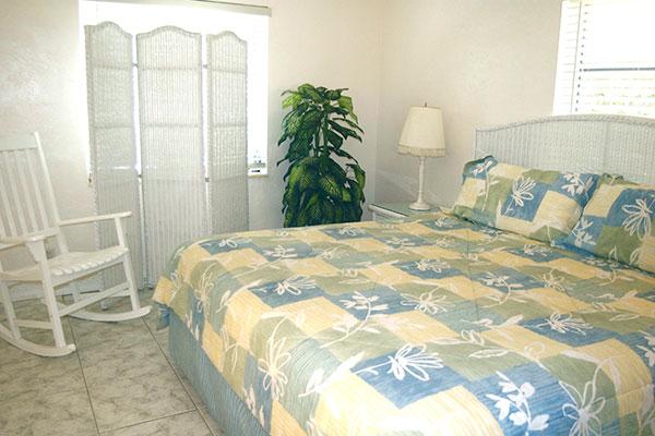 https://z0sqrs-a.akamaihd.net/2574-superiorsmalllodging/600x400_images/Bahama_Beach_Club/08-B-Bedroom4.jpg