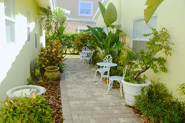 https://z0sqrs-a.akamaihd.net/2574-superiorsmalllodging/600x400_images/Bahama_Beach_Club/12-B-Extbistros_7124.jpg