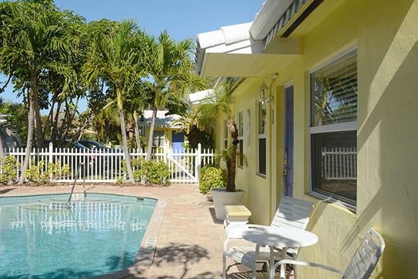 https://z0sqrs-a.akamaihd.net/2574-superiorsmalllodging/600x400_images/Bahama_Beach_Club/B-Extpool-bldg_7141.jpg