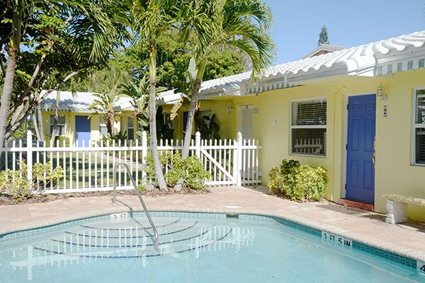 https://z0sqrs-a.akamaihd.net/2574-superiorsmalllodging/600x400_images/Bahama_Beach_Club/B-Extpoolbest17_7145.jpg