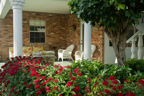 https://z0sqrs-a.akamaihd.net/2574-superiorsmalllodging/600x400_images/Carriage_House_Resort/view-of-110-front-thru-flowers.jpg