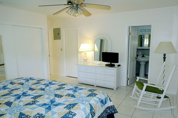 https://z0sqrs-a.akamaihd.net/2574-superiorsmalllodging/600x400_images/Pelican_Place/10-PelAbedroom.jpg