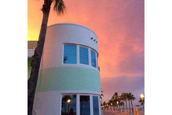 https://z0sqrs-a.akamaihd.net/2574-superiorsmalllodging/600x400_images/Walk_About_Beach_Resort/sunset.jpg
