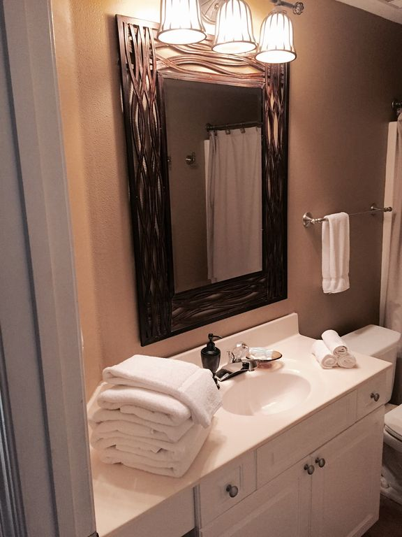 Twin Bathroom also opens to Hallway