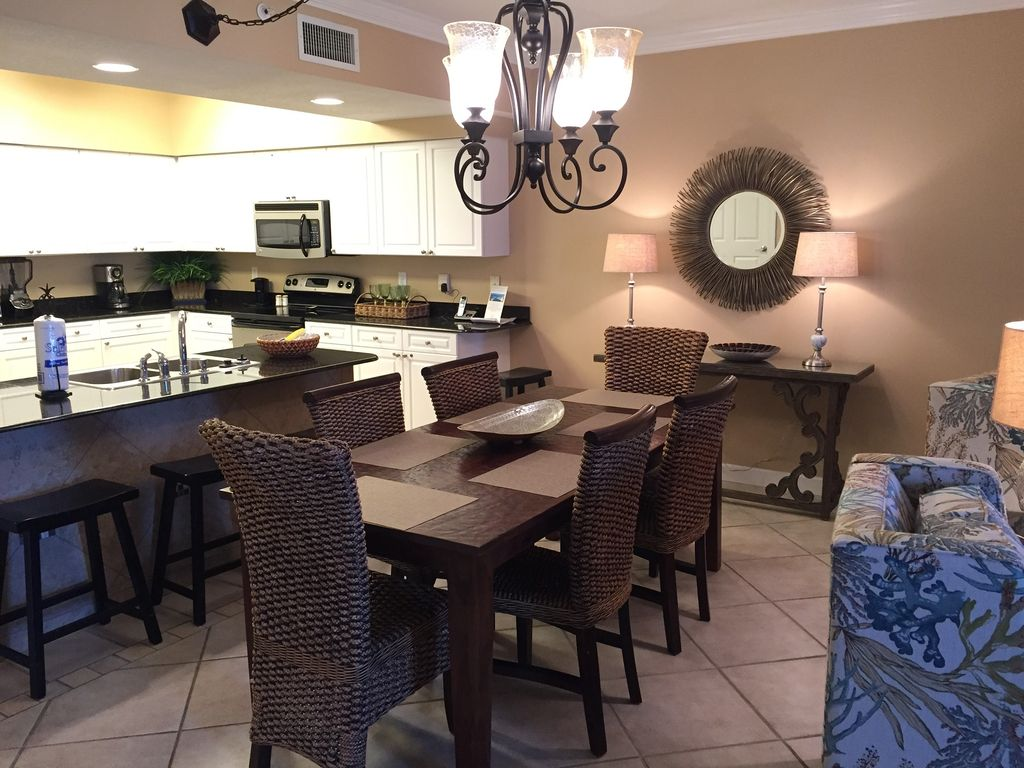 Dining with seating for 6 Breakfast Bar with seating for 4