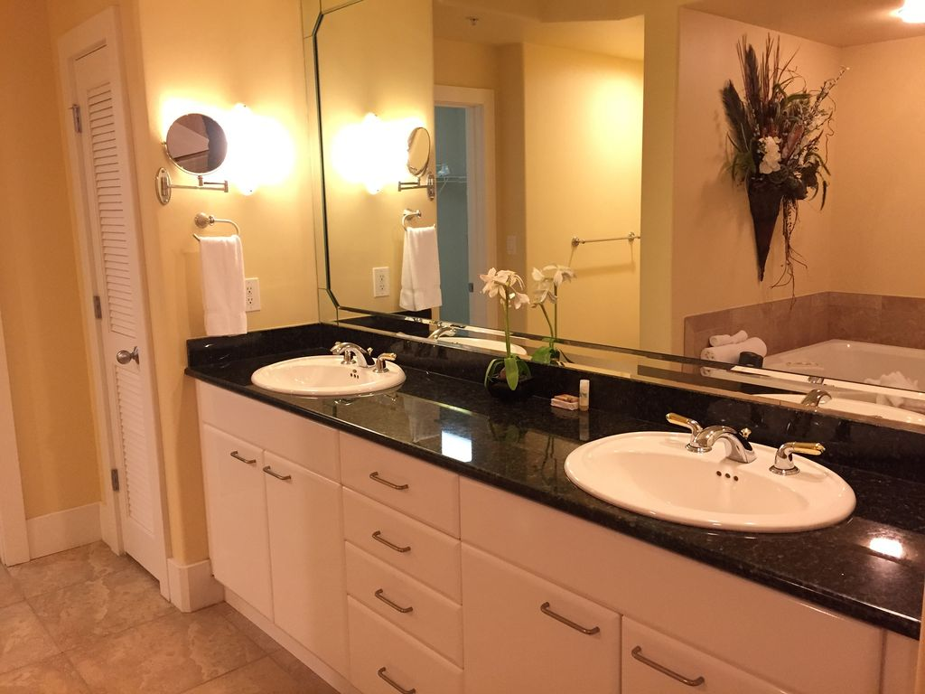 Caribe - Master bath with double sinks and walkin closet