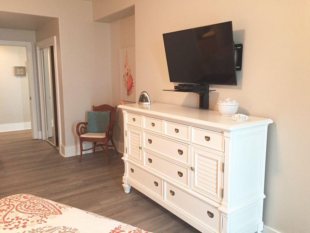 Caribe - Guest bedroom with two queen beds and TV with DVD player