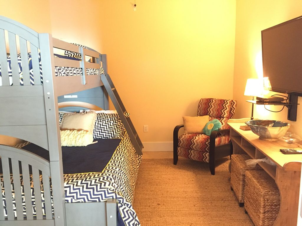 Caribe - bunkroom with full bunk on bottom and trundle bed. large HDTV and Dvd player