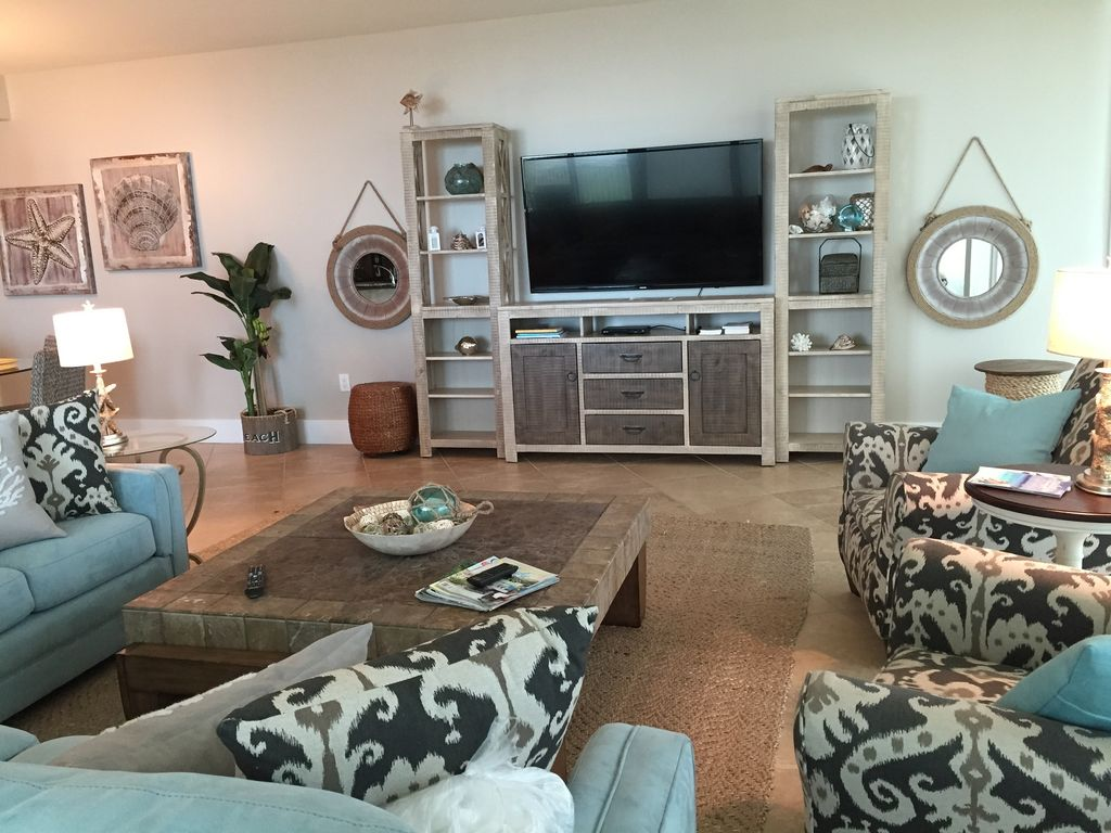 Caribe - Spacious lvingroom with 70 inch HDTV and Bluray