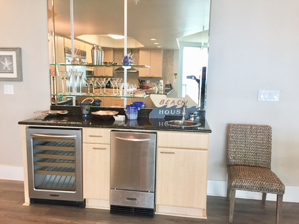 Caribe - Wet Bar wih Wine Chiller and Ice maker