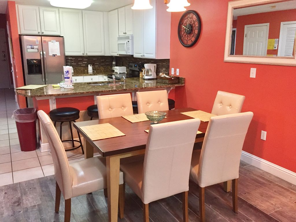 Dining with seating for 6 and Breakfast Bar with seating for 4