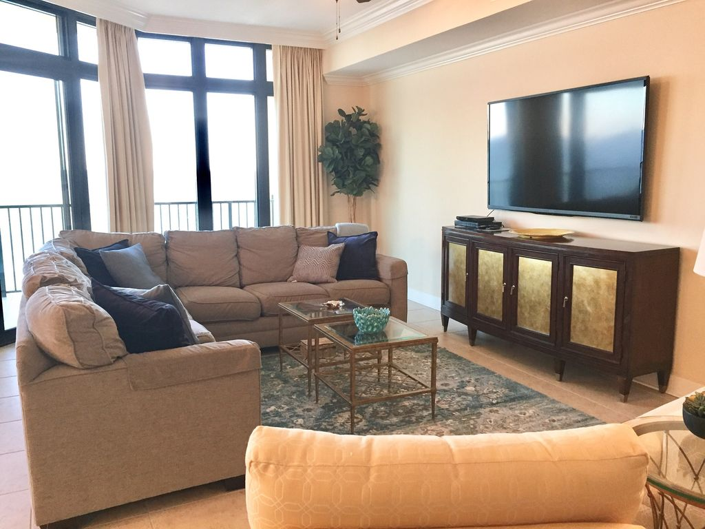 Spacious Livingroom with Sectional at Phoenix West II