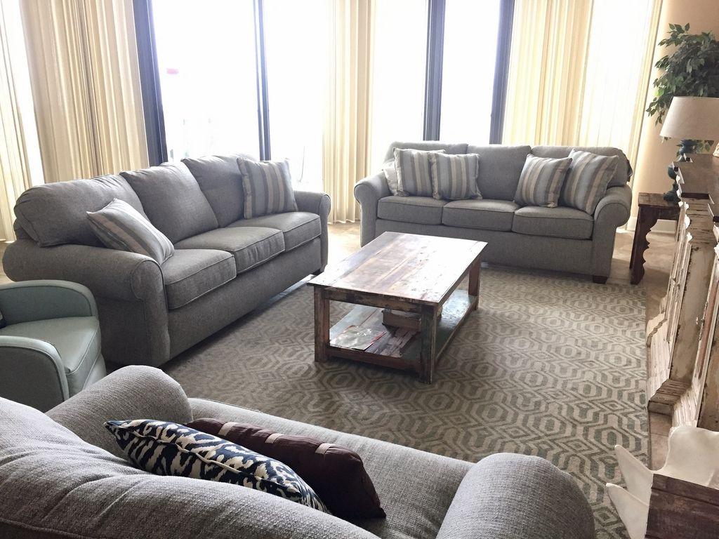 Spacious Livingroom overlooking Gulf of Mexico - Queen Sleeper Sofa