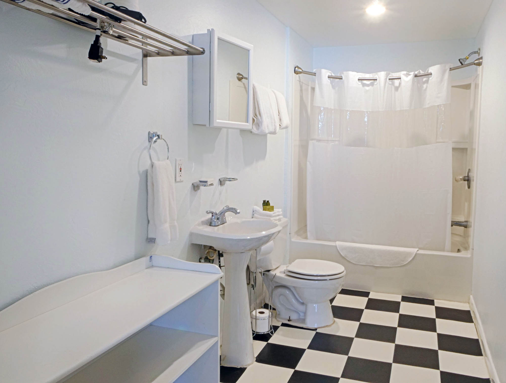 Unit #07 - Studio Bathroom
