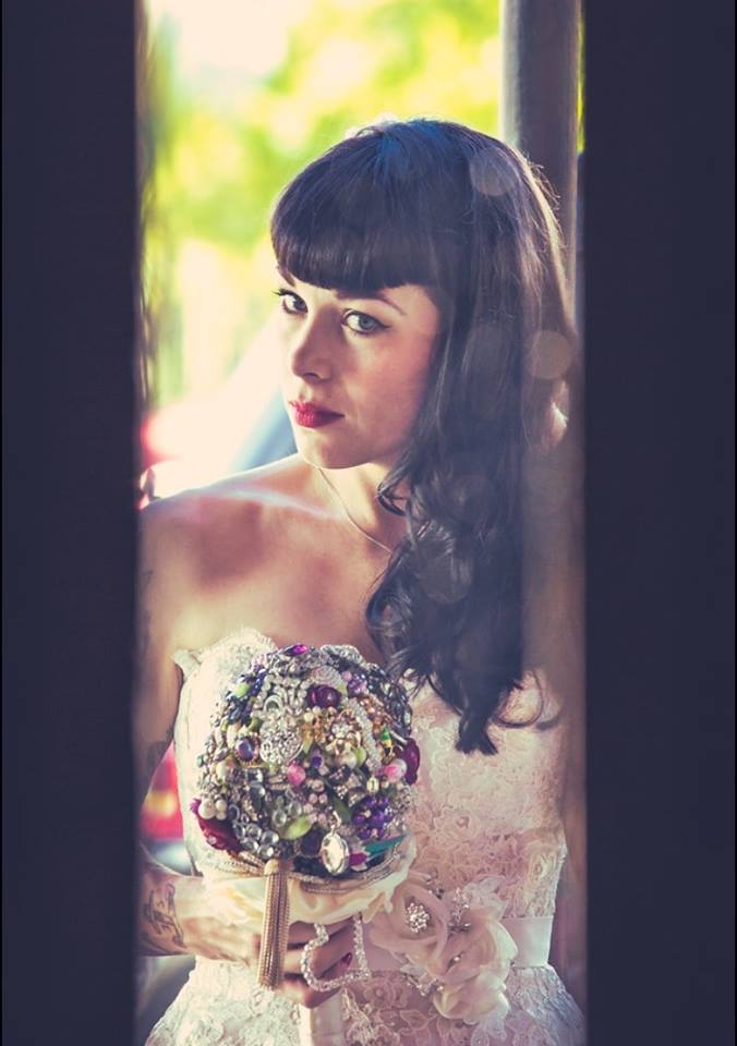 Bride with pinup look and gem bouquet