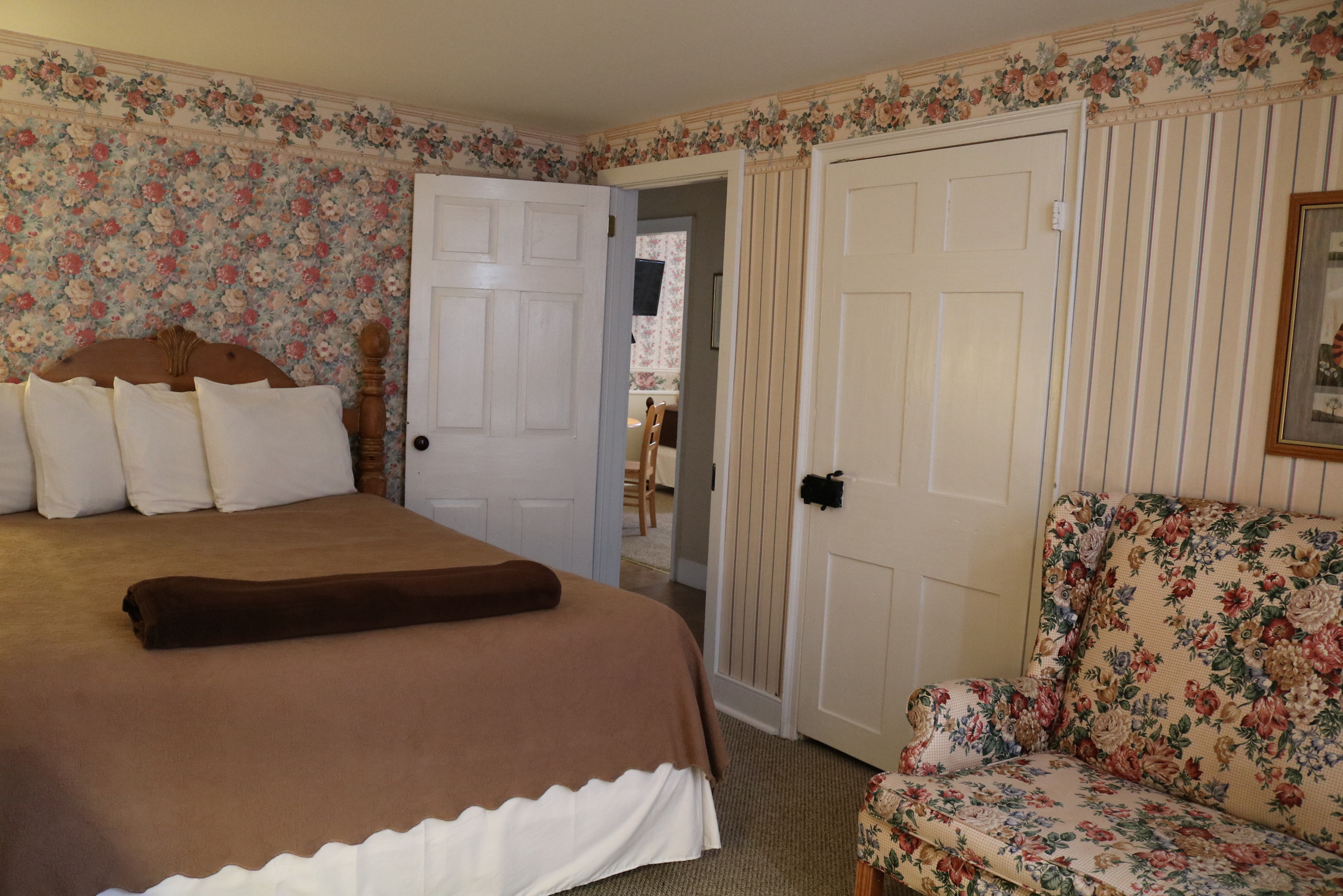 interior view of shady rest hotel's farmhouse large suite