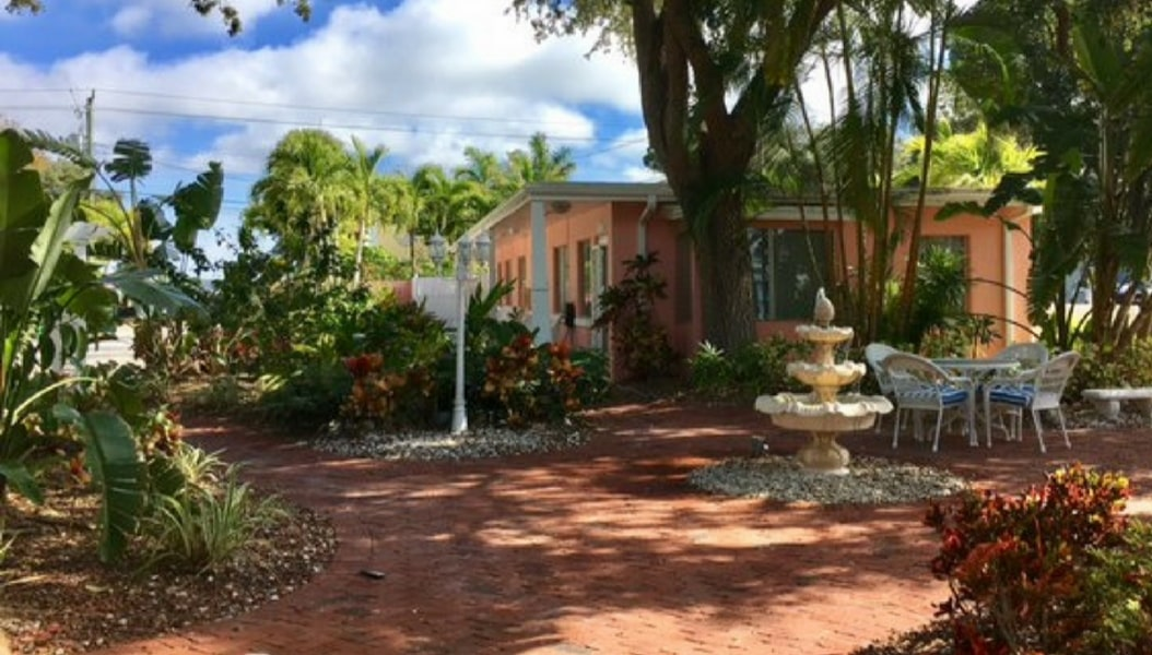 Overview of the courtyard area of Siesta Key Bungalows