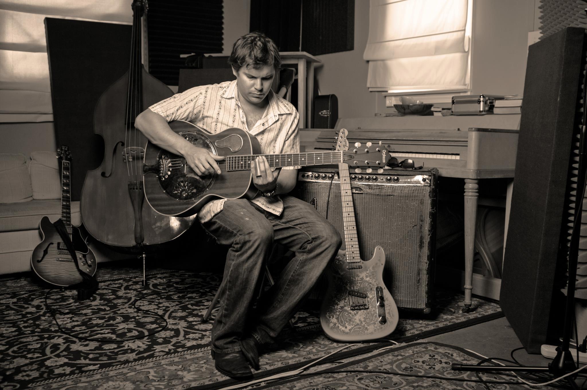 Lee Yankie playing guitar