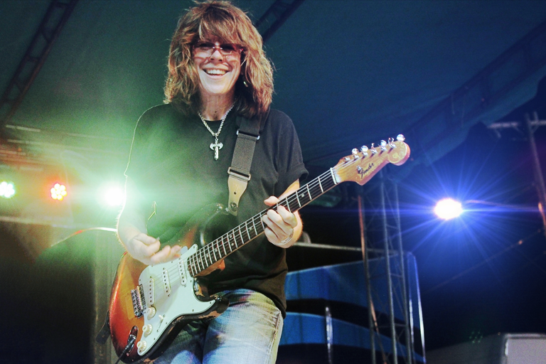 Kelly Richey playing guitar