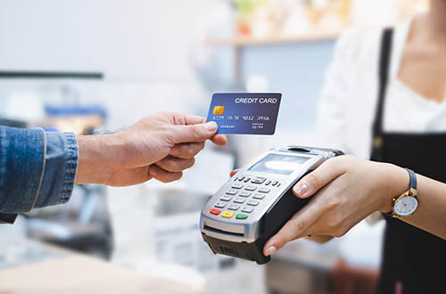 picture of a customer making a payment on a credit card terminal